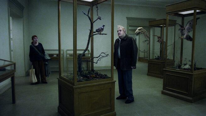 Una paloma se posó en una rama a reflexionar sobre la existencia, de Roy Andersson