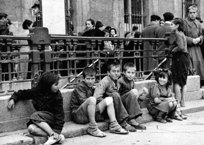 Canciones para después de una guerra (Basilio Martín Patino, 1971)