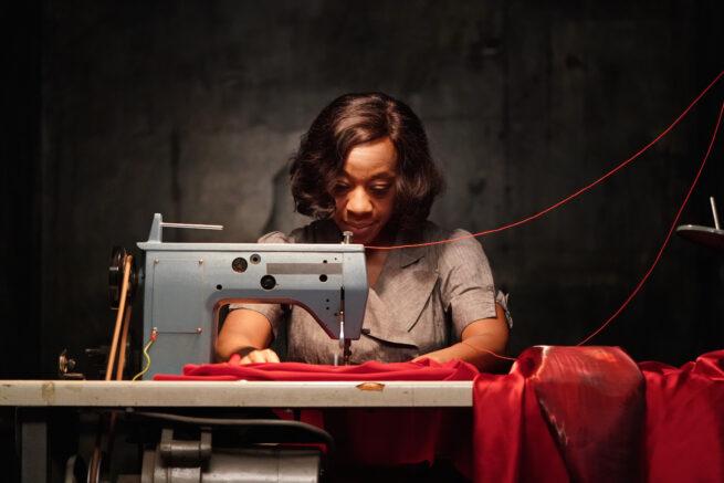 """Crítica de """"In Fabric"""" de Peter Strickland: El vuelo del vestido rojo"""